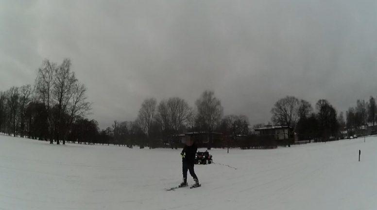 Par slēpotāja vilkšanu ar kvadriciklu Ēbelmuižas parkā aizturēta sieviete bez tiesībām