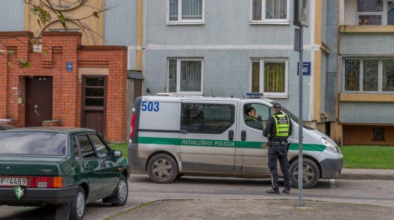 Policisti ar dažu dienu starpību atrod divus meklēšanā izsludinātus vīriešus