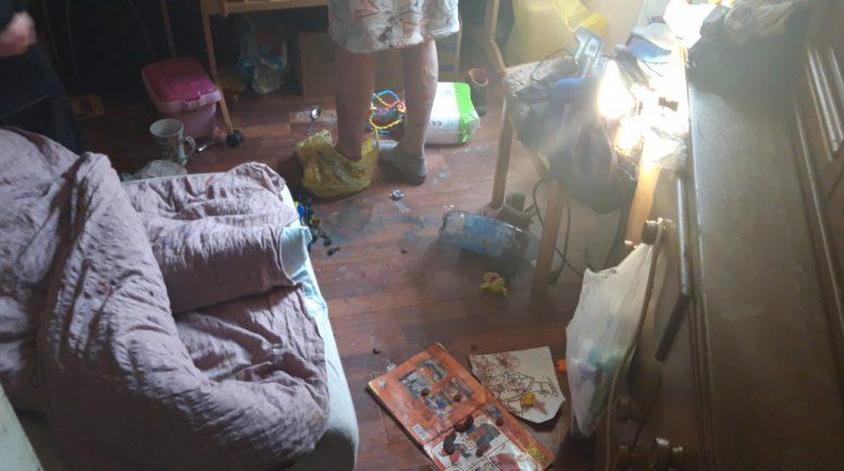 Rīgā antisanitāros apstākļos atrod trīs mazus bērnus