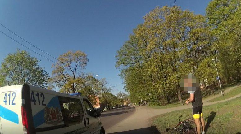 Rīgā kādam velosipēdistam priekšā uz ceļa izskrien četrus gadus vecs bērns
