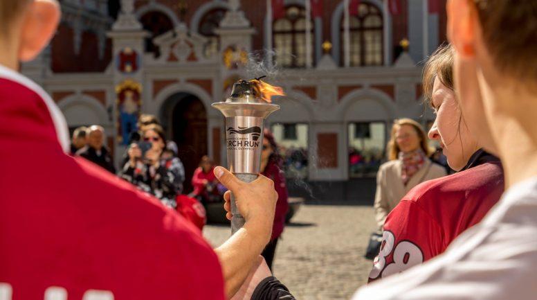 FOTO: Atbalstot bērnus ar intelektuālās attīstības traucējumiem, Latvijas tiesībsargājošās iestādes apvienojas kopīgā lāpu skrējienā