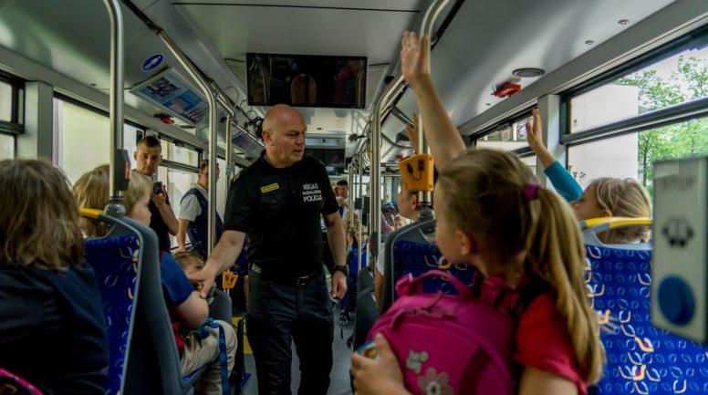 Sociālais eksperiments: Kā bērni uztver drošības riskus sabiedriskajā transportā?