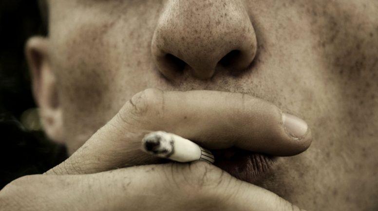 Pēc atteikuma stāties dzimumattiecībās vīrietis pret draudzenes roku nodzēš cigareti
