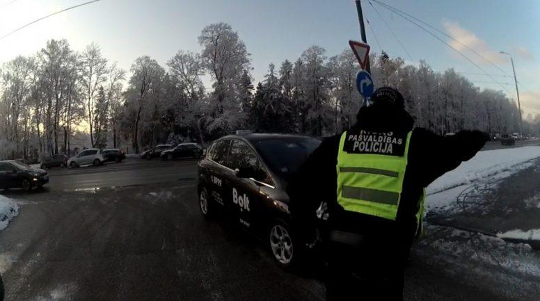 Policisti Rīgā pie 41.vidusskolas konstatē virkni Ceļu satiksmes noteikumu pārkāpumu