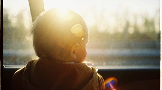 Teikā apsardzes darbinieks ziņo par automašīnā atstātu mazu bērnu