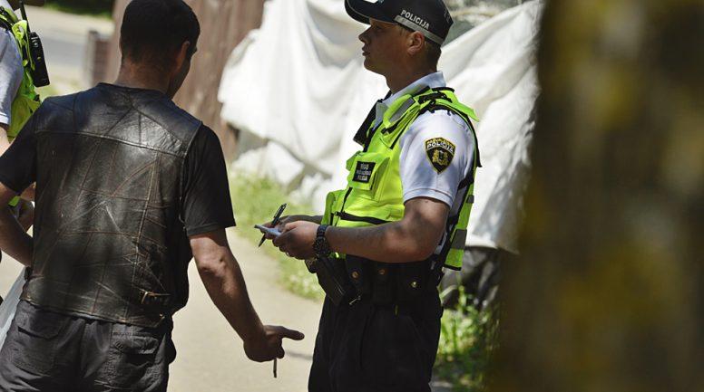 Policisti nakts vidū tiek iesaistīti greizsirdības scēnā