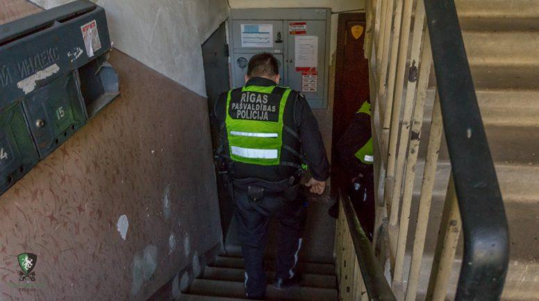 Apēstu konfekšu dēļ starp vecākiem izvēršas pamatīgs konflikts ar policijas iesaistīšanu