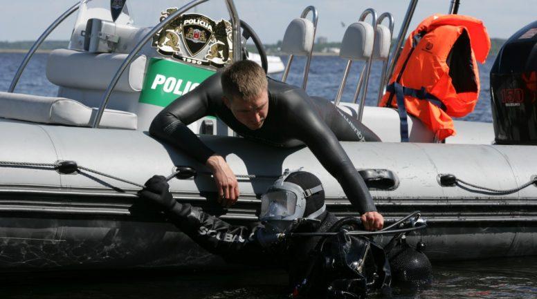 Rīgas pašvaldības policijas ūdenslīdēji izglābj purvā iestigušu sievieti