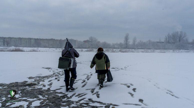 Bērni aizlieguma laikā staigā pa ledu
