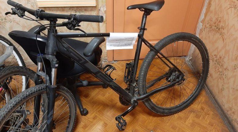 Rīgas pašvaldības policisti notver velosipēdu zagli